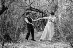Δεσμευμένο ζεύγος που χορεύει από κοινού Στοκ φωτογραφία με δικαίωμα ελεύθερης χρήσης