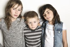 Δεσμοί παιδικής ηλικίας, αγάπης, ευτυχίας και οικογενειών Εσωτερικό πορτρέτο των όμορφων χαριτωμένων αδελφών και του αδελφού παιδ στοκ φωτογραφία
