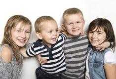 Δεσμοί παιδικής ηλικίας, αγάπης, ευτυχίας και οικογενειών Εσωτερικό πορτρέτο των όμορφων χαριτωμένων αδελφών και του αδελφού παιδ στοκ εικόνα