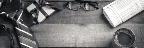Δεσμός, ζώνη, και κιβώτιο δώρων με τα γυαλιά, τις εφημερίδες, και τον καφέ ανάγνωσης στοκ εικόνες με δικαίωμα ελεύθερης χρήσης