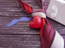 δεσμός, καρδιά, έγγραφο κιβωτίων δώρων mustache σε ένα ξύλινο αναδρομικό υπόβαθρο Στοκ εικόνες με δικαίωμα ελεύθερης χρήσης