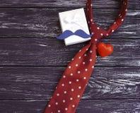 δεσμός, καρδιά, εορταστικός επιτραπέζιος ρομαντικός δημιουργικός κιβωτίων δώρων mustache σε ένα ξύλινο υπόβαθρο Στοκ φωτογραφία με δικαίωμα ελεύθερης χρήσης