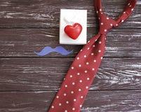 δεσμός, καρδιά, εορταστικός ρομαντικός δημιουργικός κιβωτίων δώρων mustache σε ένα ξύλινο υπόβαθρο Στοκ φωτογραφία με δικαίωμα ελεύθερης χρήσης