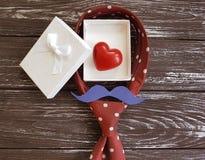 δεσμός, καρδιά, εορταστικός ρομαντικός δημιουργικός κιβωτίων δώρων mustache σε ένα ξύλινο υπόβαθρο Στοκ Εικόνα