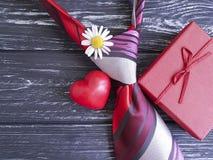 δεσμός, καρδιά, κιβώτιο δώρων μαργαριτών λουλουδιών σε ένα ξύλινο αναδρομικό υπόβαθρο σύνθεσης Στοκ Φωτογραφίες