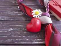 δεσμός, καρδιά, κιβώτιο δώρων μαργαριτών λουλουδιών σε ένα ξύλινο αναδρομικό υπόβαθρο Στοκ φωτογραφία με δικαίωμα ελεύθερης χρήσης