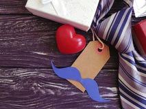 δεσμός, καρδιά, κιβώτιο δώρων σε ένα ξύλινο υπόβαθρο Στοκ εικόνα με δικαίωμα ελεύθερης χρήσης