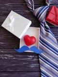 δεσμός, καρδιά, κιβώτιο δώρων mustache δημιουργικό σε ένα ξύλινο υπόβαθρο Στοκ φωτογραφία με δικαίωμα ελεύθερης χρήσης