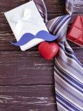 δεσμός, καρδιά, κιβώτιο δώρων mustache σε ένα ξύλινο υπόβαθρο Στοκ φωτογραφίες με δικαίωμα ελεύθερης χρήσης