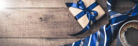 Δεσμός κιβωτίων δώρων και καυτός καφές στον ξύλινο πίνακα στοκ φωτογραφία με δικαίωμα ελεύθερης χρήσης