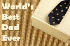 Δεσμός με το κιβώτιο δώρων Θέμα ημέρας πατέρα Στοκ εικόνα με δικαίωμα ελεύθερης χρήσης