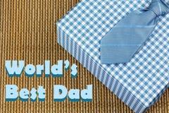 Δεσμός με το μπλε κιβώτιο δώρων Θέμα ημέρας πατέρα Στοκ Φωτογραφία