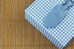 Δεσμός με το μπλε κιβώτιο δώρων Θέμα ημέρας πατέρα Στοκ Εικόνες
