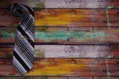 Δεσμός στο ξύλινο πάτωμα με την αλυσίδα δεσμών στοκ φωτογραφία με δικαίωμα ελεύθερης χρήσης