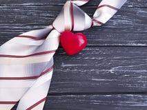 Δεσμός, σύμβολο καρδιών σε ένα παλαιό μαύρο ξύλινο υπόβαθρο εορταστικό στοκ φωτογραφία με δικαίωμα ελεύθερης χρήσης