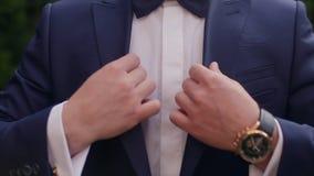 Δεσμός τόξων ατόμων σε ένα κοστούμι απόθεμα βίντεο