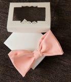 Δεσμός τόξων στο κιβώτιο δώρων Στοκ Φωτογραφίες