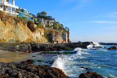 Δευτερεύοντα σπίτια πύργων και απότομων βράχων παραλιών Βικτώριας στο νότιο Λαγκούνα Μπιτς, Καλιφόρνια. Στοκ Εικόνες