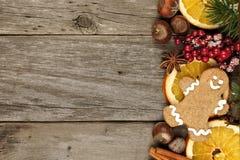 Δευτερεύοντα σύνορα του ντεκόρ και των απολαύσεων Χριστουγέννων πέρα από το αγροτικό ξύλο στοκ φωτογραφίες με δικαίωμα ελεύθερης χρήσης