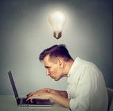 Δευτερεύον άτομο σχεδιαγράμματος που εργάζεται στη συνεδρίαση υπολογιστών στο γραφείο Στοκ Φωτογραφίες