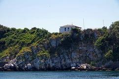 Δευτερεύον σπίτι απότομων βράχων Στοκ εικόνες με δικαίωμα ελεύθερης χρήσης