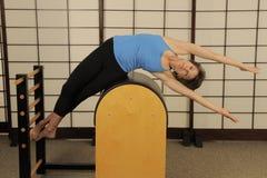 Δευτερεύον τέντωμα στο βαρέλι Pilates Στοκ Εικόνα