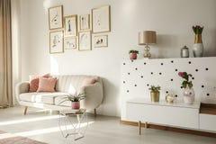 Δευτερεύουσα γωνία ενός εσωτερικού καθιστικών με τον άσπρο καναπέ, ετικέττα καφέ στοκ εικόνα με δικαίωμα ελεύθερης χρήσης
