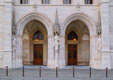 Δευτερεύουσες πόρτες του κτηρίου του Κοινοβουλίου στη Βουδαπέστη, Ουγγαρία Στοκ φωτογραφία με δικαίωμα ελεύθερης χρήσης