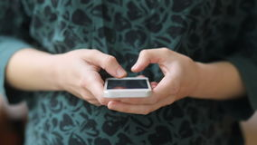 Δευτερεύων-άποψη των νέων εγκύων γυναικών στο πράσινο εκλεκτής ποιότητας αναδρομικό noire sweatshot με το γλυκό τρυφερό δέρμα που απόθεμα βίντεο