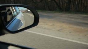 Δευτερεύων καθρέφτης αυτοκινήτων για οπισθοσκόπο με το υπόβαθρο αντανάκλασης κυκλοφορίας απόθεμα βίντεο