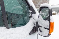 Δευτερεύων καθρέφτης επιβατών του φορτηγού που καλύπτεται με το χιόνι Στοκ φωτογραφία με δικαίωμα ελεύθερης χρήσης