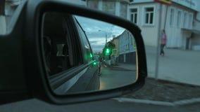 Δευτερεύων καθρέφτης ηλιοβασιλέματος Οδήγηση με τον ήλιο που πηγαίνει κάτω Αντανάκλαση του δρόμου στο δευτερεύοντα καθρέφτη pei σ φιλμ μικρού μήκους