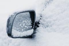 Δευτερεύων καθρέφτης σε ένα αυτοκίνητο που καλύπτεται εντελώς στο χιόνι Στοκ εικόνες με δικαίωμα ελεύθερης χρήσης