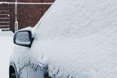 Δευτερεύων καθρέφτης σε ένα αυτοκίνητο που σταθμεύουν υπαίθρια το χειμώνα, που καλύπτεται στο χιόνι Στοκ Εικόνα