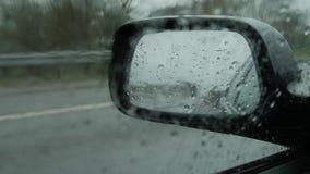 Δευτερεύων οπισθοσκόπος βροχερός καιρός καθρεφτών, υγρός δρόμος αυτοκινήτων φιλμ μικρού μήκους