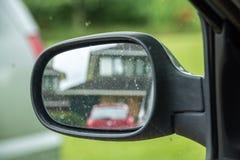 Δευτερεύων οπισθοσκόπος καθρέφτης αυτοκινήτων με την αντανάκλαση σπιτιών Στοκ Φωτογραφία