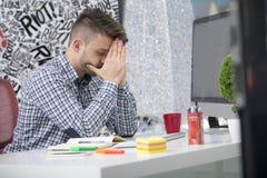 Δευτερεύων πυροβολισμός σχεδιαγράμματος του ματαιωμένου νέου brunet επιχειρηματία, που φωνάζει στο lap-top του στην αρχή και τους Στοκ Εικόνα