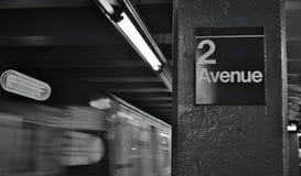 Δεύτερο χαμηλότερος σταθμός άφιξης σαφών τραίνων του Μανχάταν ανατολικών πλευρών πλατφορμών NYC υπογείων λεωφόρων στοκ φωτογραφία με δικαίωμα ελεύθερης χρήσης