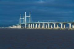 Δεύτερο Severn που διασχίζει, γέφυρα πέρα από το κανάλι του Μπρίστολ μεταξύ της Αγγλίας Στοκ εικόνα με δικαίωμα ελεύθερης χρήσης