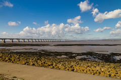 Δεύτερο Severn που διασχίζει, γέφυρα πέρα από το κανάλι του Μπρίστολ μεταξύ της Αγγλίας Στοκ Φωτογραφίες