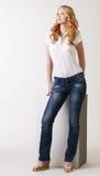 Δελεαστική πρότυπη τοποθέτηση στην κλασικά μπλούζα και τα τζιν στοκ εικόνες