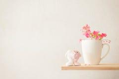 Δελφίνι και άσπρος καφές και το Antigonon LE εραστών ζεύγους κουπών Στοκ φωτογραφίες με δικαίωμα ελεύθερης χρήσης