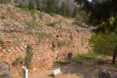 Δελφοί. Τα πρώτα κτήρια πριν από το entrace του αδύτου Apollon Στοκ Φωτογραφία