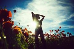 Δηλητηρίαση αγάπης, όπιο πρότυπο ή κορίτσι ομορφιάς στον τομέα λουλουδιών του σπόρου παπαρουνών στοκ εικόνες