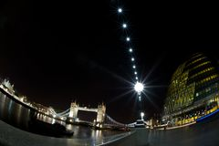 Δημαρχείο, γέφυρα πύργων, πύργος του Λονδίνου τη νύχτα Στοκ εικόνες με δικαίωμα ελεύθερης χρήσης