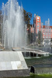 Δημαρχείο και πηγή στο κέντρο Pleven, Βουλγαρία Στοκ φωτογραφία με δικαίωμα ελεύθερης χρήσης