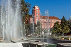 Δημαρχείο και πηγή στο κέντρο Pleven, Βουλγαρία Στοκ Φωτογραφίες