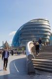 Δημαρχείο και τουρίστες του Λονδίνου Στοκ φωτογραφία με δικαίωμα ελεύθερης χρήσης