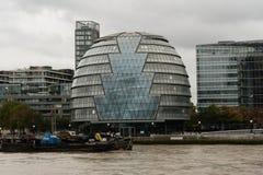 Δημαρχείο, Λονδίνο, που αντιμετωπίζεται από τον ποταμό του Τάμεση στοκ εικόνα με δικαίωμα ελεύθερης χρήσης