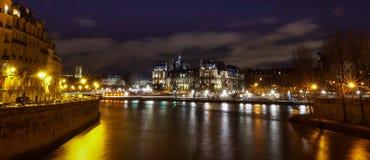 Δημαρχείο πόλεων de ville ξενοδοχείων του Παρισιού τη νύχτα, με τον ποταμό του Σηκουάνα στο πρώτο πλάνο, που λαμβάνεται από Ile d Στοκ φωτογραφία με δικαίωμα ελεύθερης χρήσης